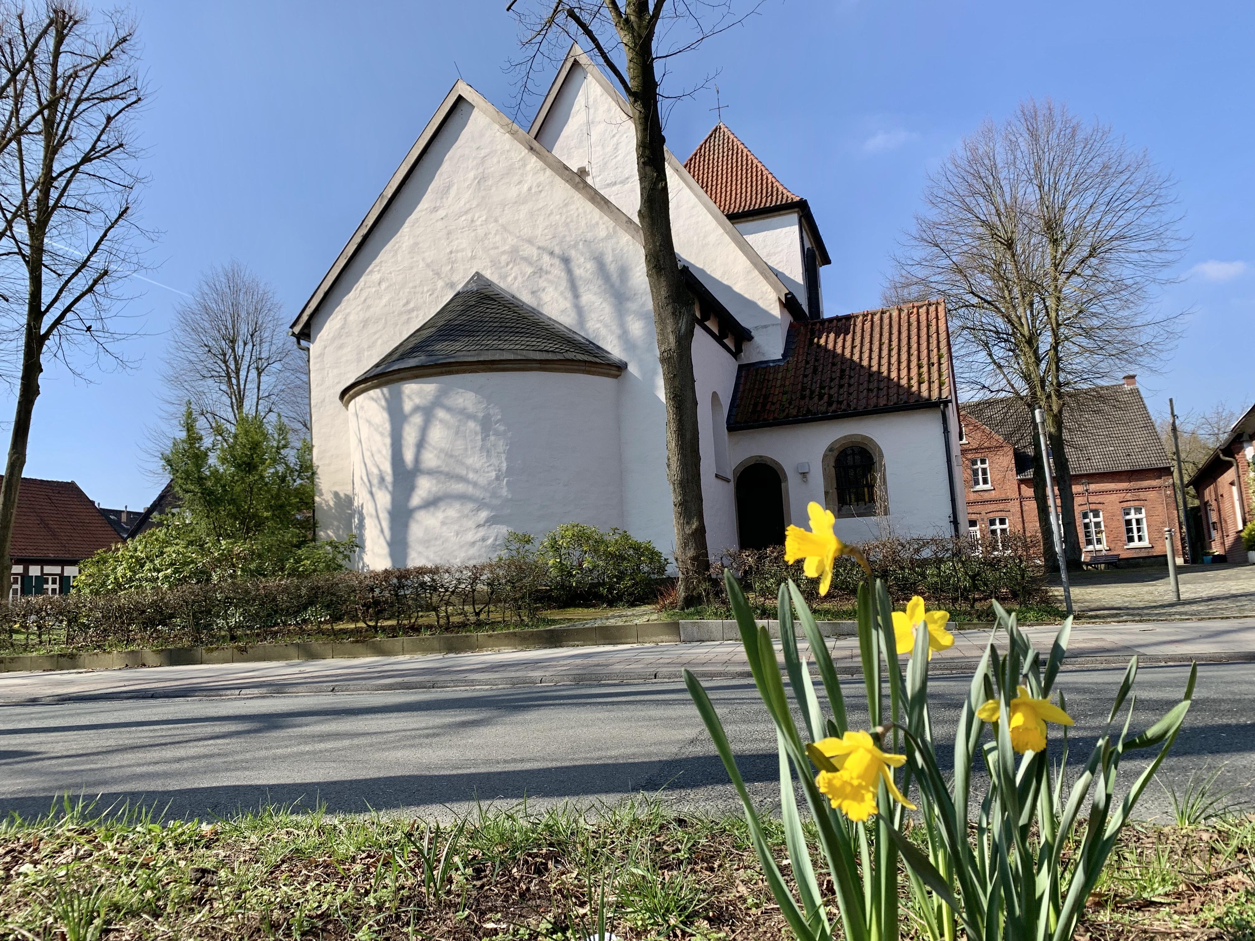 St. Agatha Kirche mit Osterblume